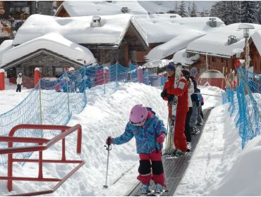 Ski village Child-friendly ski area with clear and orderly ski slopes-4
